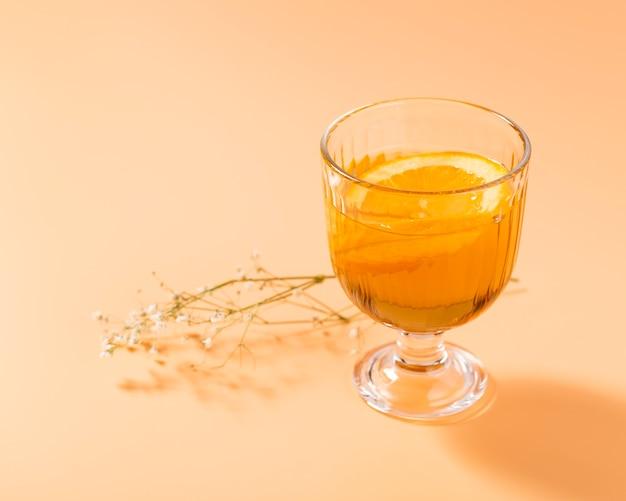 Bebida alcoólica laranja com espaço de cópia