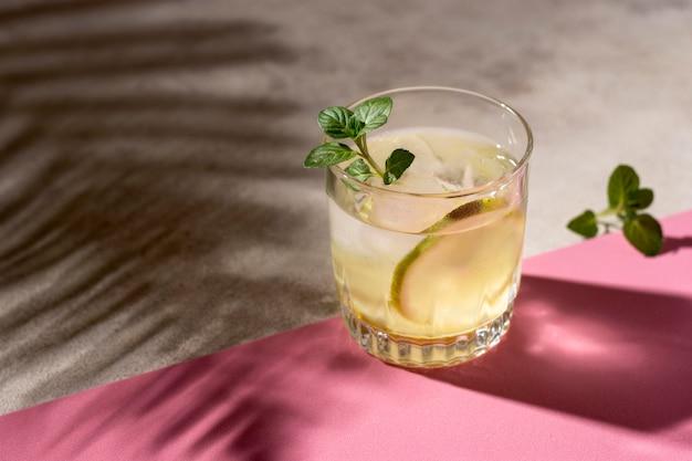 Bebida alcoólica refrescante pronta para ser servida
