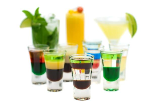 Bebida alcoólica shot em coquetéis desfocados