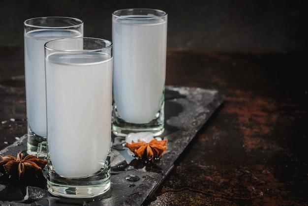 Bebida árabe tradicional árabe raki