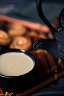 Bebida asiática de alto ângulo de chá na mesa
