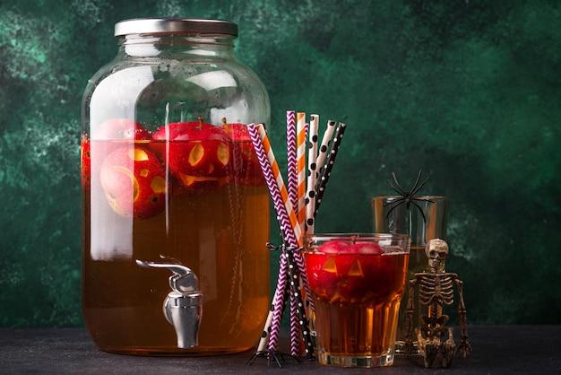 Bebida assustadora de halloween com cidra de maçã ou limonada