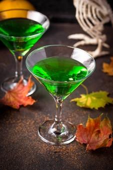 Bebida assustadora de halloween com coquetel de martini verde para festa
