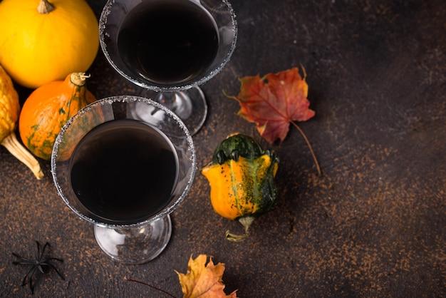 Bebida assustadora de halloween para coquetel de martini preto de festa