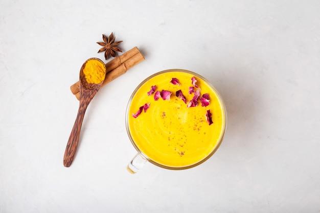 Bebida ayurvédica saudável, leite de amêndoa dourada ou cúrcuma com leite em pó de curcuma vista superior