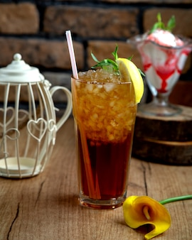 Bebida brilhante com gelo decorado com limão e hortelã