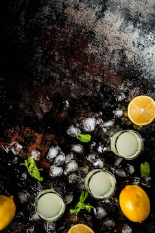 Bebida caseira alcoólica italiana tradicional, limoncello de licor de limão