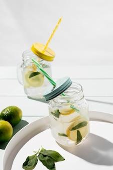 Bebida cítrica fresca de alto ângulo