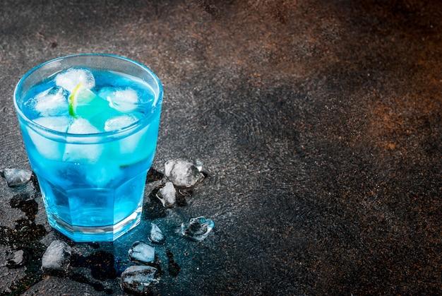 Bebida colorida de verão, gelado azul lagoa álcool bebida cocktail