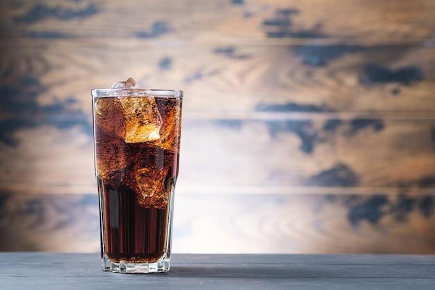 Bebida com gás com cubos de gelo