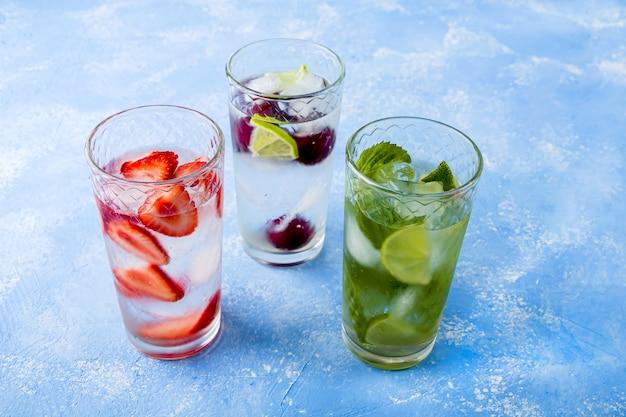 Bebida com morango, limão, cereja e hortelã, limonadas de verão coquetéis de mojito