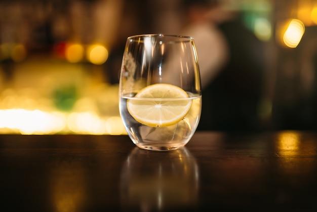 Bebida com rodela de limão e cubos de gelo