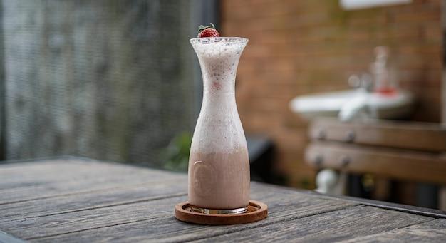 Bebida de abóbora com morango na mesa de cima