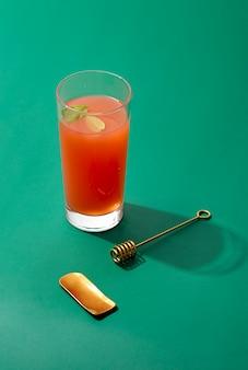 Bebida de alto ângulo em fundo verde