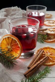 Bebida de amora natal com canela e laranjas
