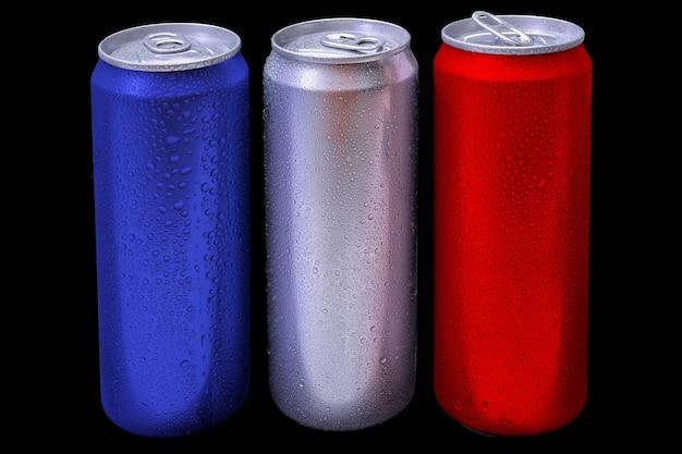 Bebida de bebida de alumínio pode com gota de orvalho isolada em fundo escuro