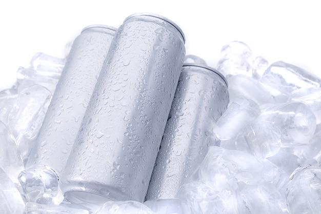 Bebida de bebida de alumínio pode no gelo isolado no fundo branco