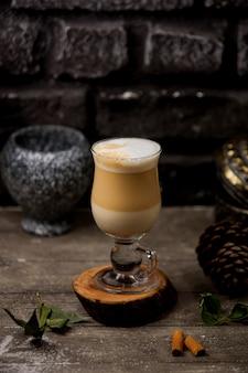 Bebida de café com leite no copo