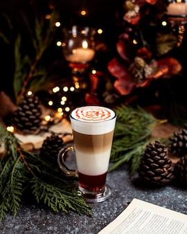 Bebida de café de várias camadas, servida em copo