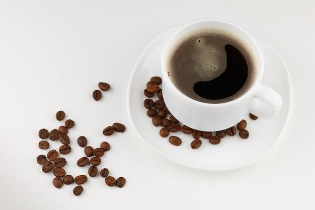 Bebida de café em copo branco e isolado de grãos