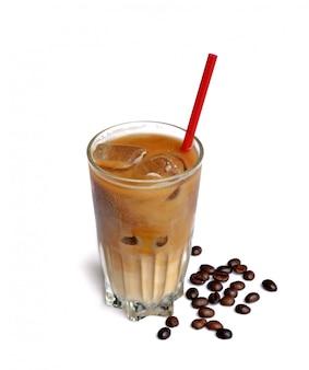 Bebida de café gelado em copo alto com grãos de café em branco