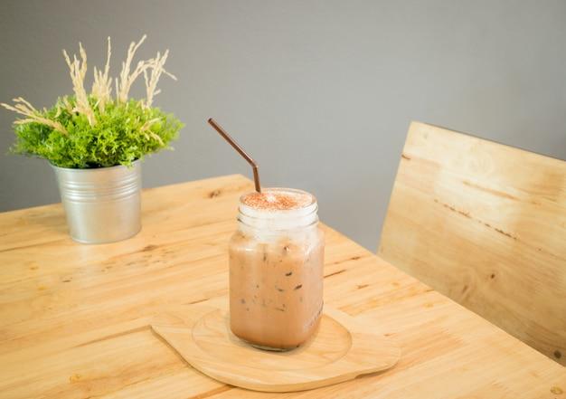 Bebida de café mocha gelado servindo na mesa de madeira