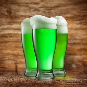 Bebida de cerveja alcoólica verde natural. conceito do dia de são patrício feliz.