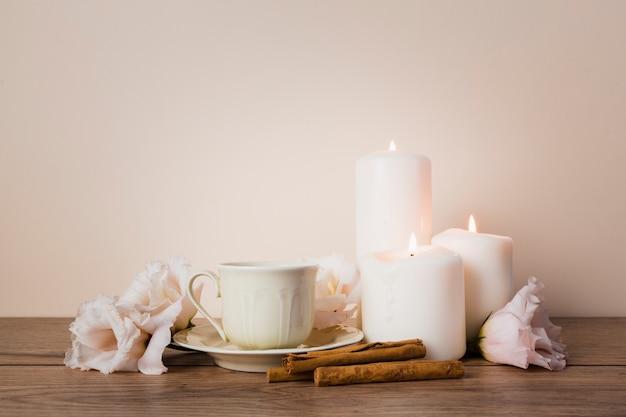 Bebida de chá com paus de canela