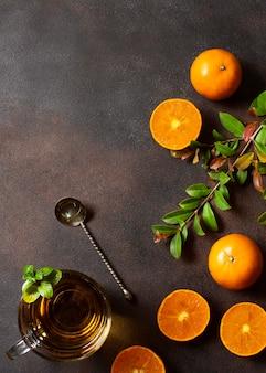 Bebida de chá de inverno e metades de laranjas