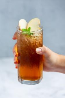 Bebida de chá de maçã gelado com maçãs frescas.