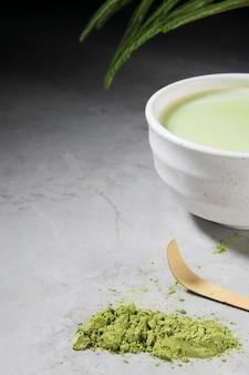 Bebida de chá matcha verde orgânico e acessórios de chá