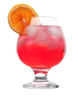Bebida de coctail vermelha com filhotes de gelo isolados no fundo branco.