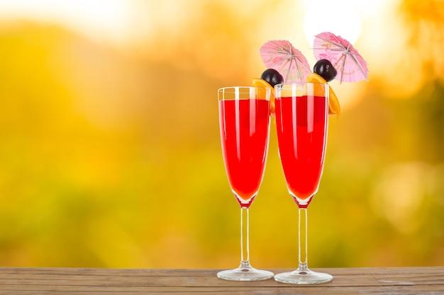 Bebida de coquetel de ponche de frutas para as suas férias de verão.