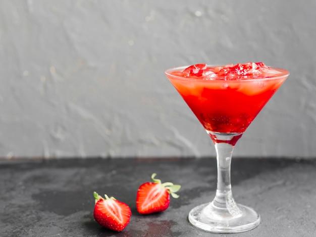 Bebida de coquetel rosa com morangos