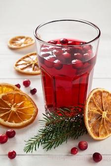 Bebida de cranberry natal com laranjas secas