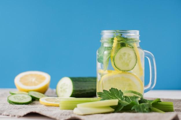 Bebida de desintoxicação com pepino e limão