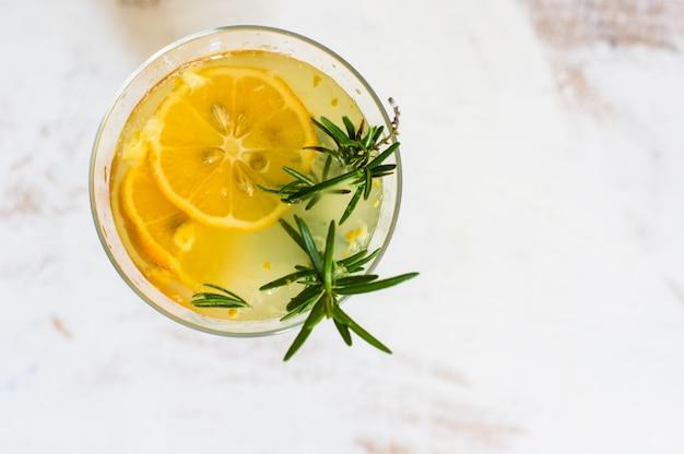 Bebida de desintoxicação de limão