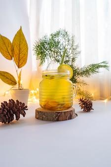 Bebida de ervas saudável. bebida de ervas feita de açafrão, gengibre, capim-limão e limão. ideia de conceito minimalista para bebidas à base de ervas