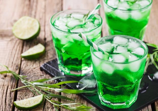 Bebida de estragão verde. bebida de festa de verão.