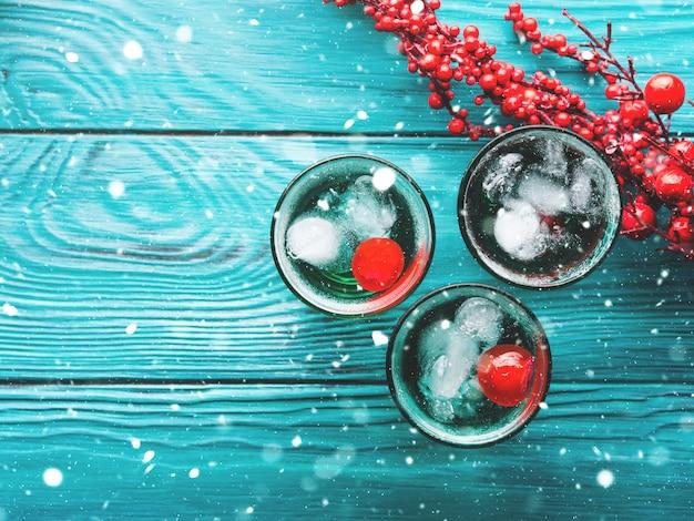 Bebida de festa de natal verde com gelo e cereja