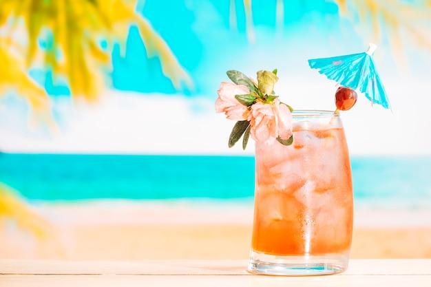 Bebida de fruta fresca com cubos de gelo em copo decorado