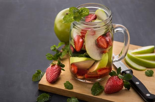 Bebida de frutas frescas no verão. mistura de água com sabor de frutas com strawber