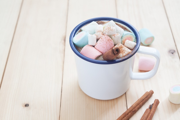 Bebida de inverno, chocolate quente com marshmallow e pau de canela