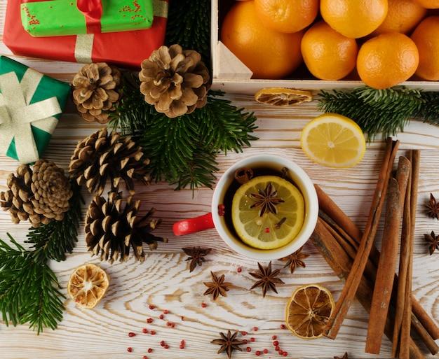 Bebida de inverno com especiarias no fundo festivo do ano novo