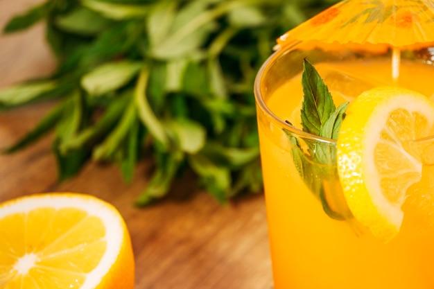 Bebida de laranja com fatia de limão