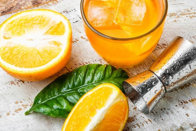 Bebida de laranja com gelo