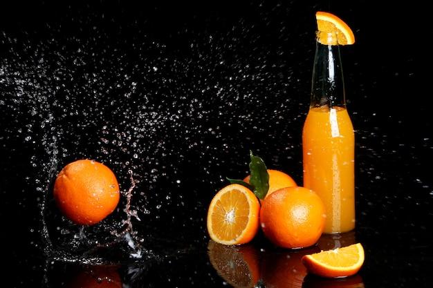 Bebida de laranja fresca com salpicos de água