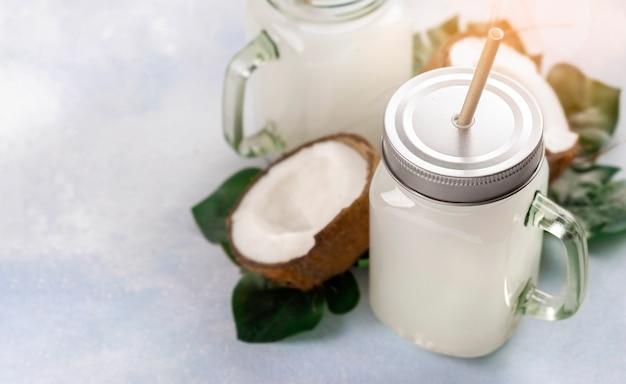 Bebida de leite de coco ou coquetel não alcoólico em frasco de vidro com espaço de cópia de alça