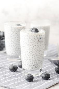 Bebida de leite orgânico com mirtilos