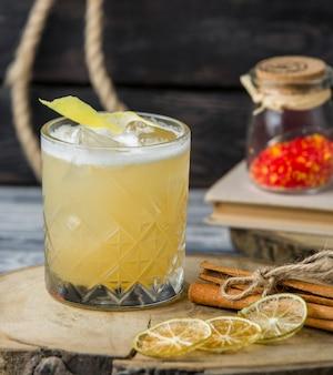 Bebida de limão com cubos de gelo, guarnecida com raspas de limão